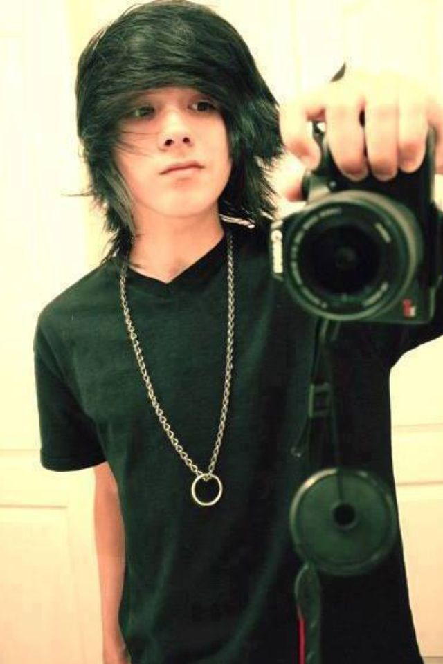 I don't see how ppl get scene guy like this one get mixed up with emo he so hot