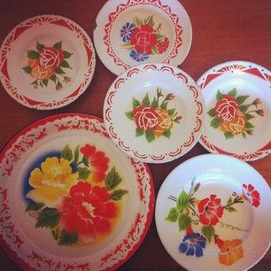 All my vintage enamel plates from Thailand... Where do I put them? #vintage #collection #flower