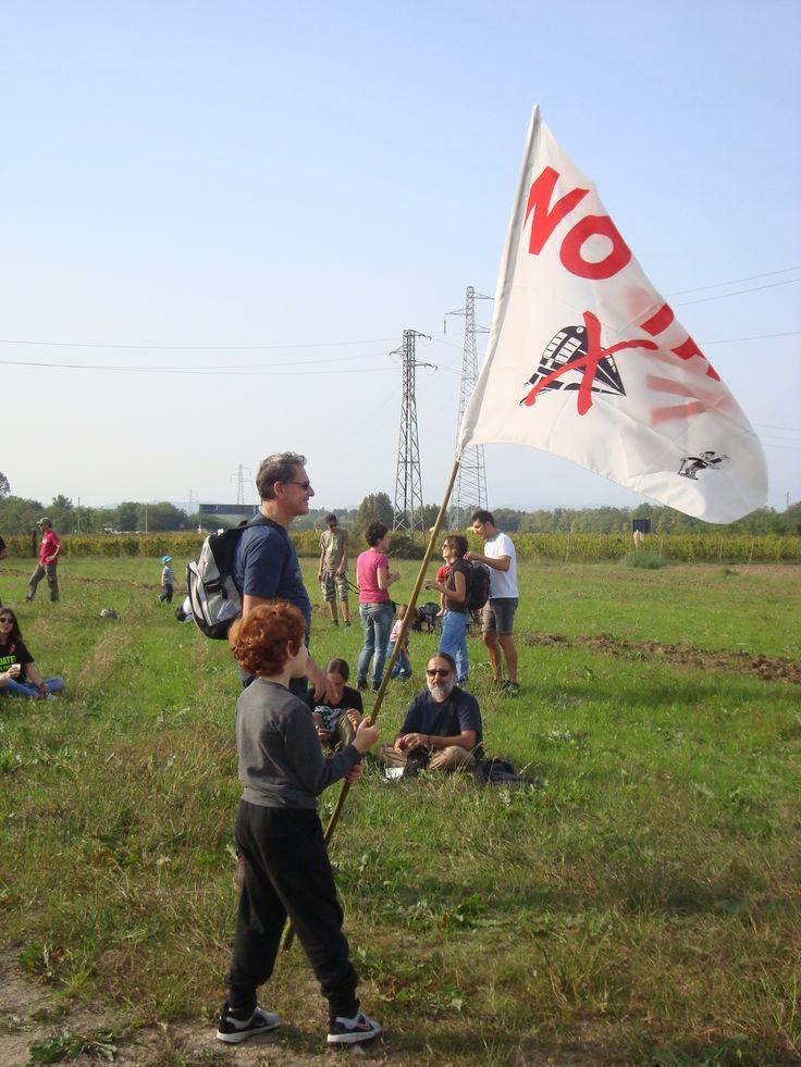 bimbo che gioca con la bandiera... la foto non rende giustizia al momento
