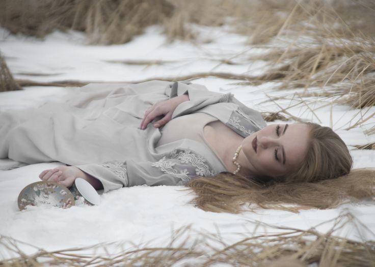 Фотограф Катарина Винниченко https://vk.com/art_photographer спящая красавица, фотосессия, сказка, снег, лежит на снегу, чашка