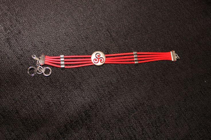 Pulsera hilo cuero rojo con cuentas metálicas triskel