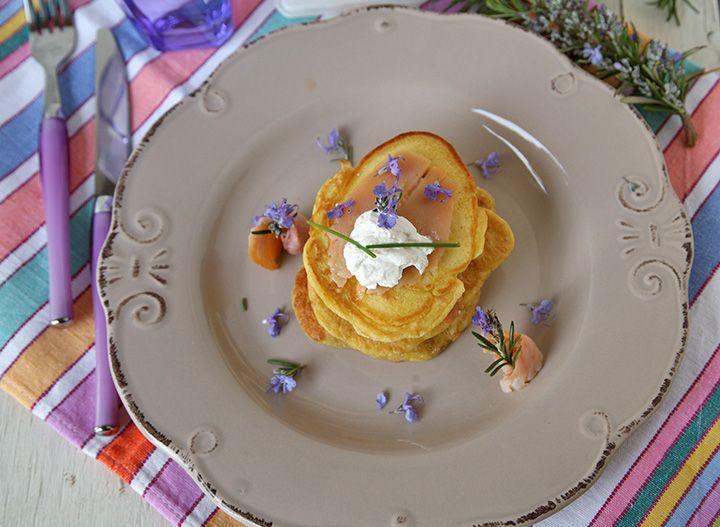 Pancake salati con trota affumicata, delicapra e fiori di rosmarino