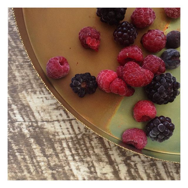 Weekend entertaining with the most gorgeous serving tray. What a way to create a beautiful table setting.  #globalliving #zarparliving #homewares #interiorstyling #interiorinspiration #interiorinspo #tablesetting #serveware #servingtray #weddingdecor #weddinginspo #berries #brass #fairtrade #sustainableliving #ecoliving #northernbeaches #sydneyliving