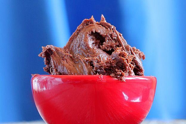 Healthy & All Natural (!!) Reeses Pieces Fudge Frosting #vegan #6ingredients