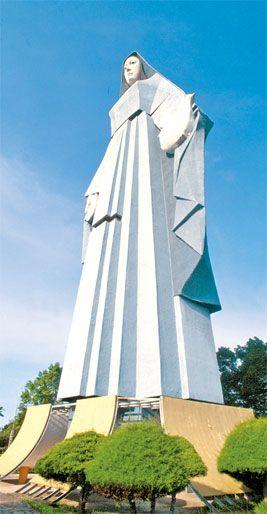 Virgen de La Paz (6,72 metros de altura, 16 metros de ancho, 18 de profundidad en la base y unas 1200 toneladas) - Estado Trujillo