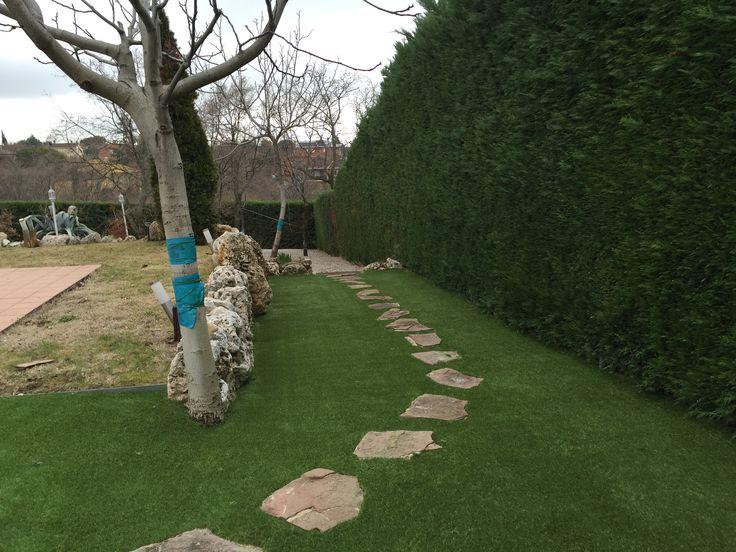 camino de piedras en el jardin con el diversso de tarkett