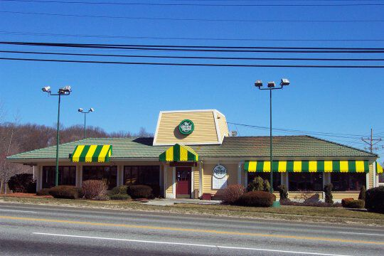 the Ground Round restaurant! This was where we went on family night when I was a kid. Kids pay what they weigh to eat,  haha.  They weighed you when you walked in...weird. ♡