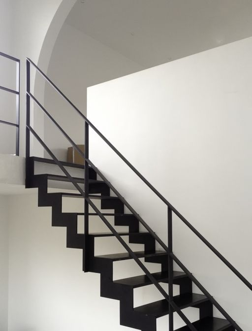 Stalen trap met stalen balustrade
