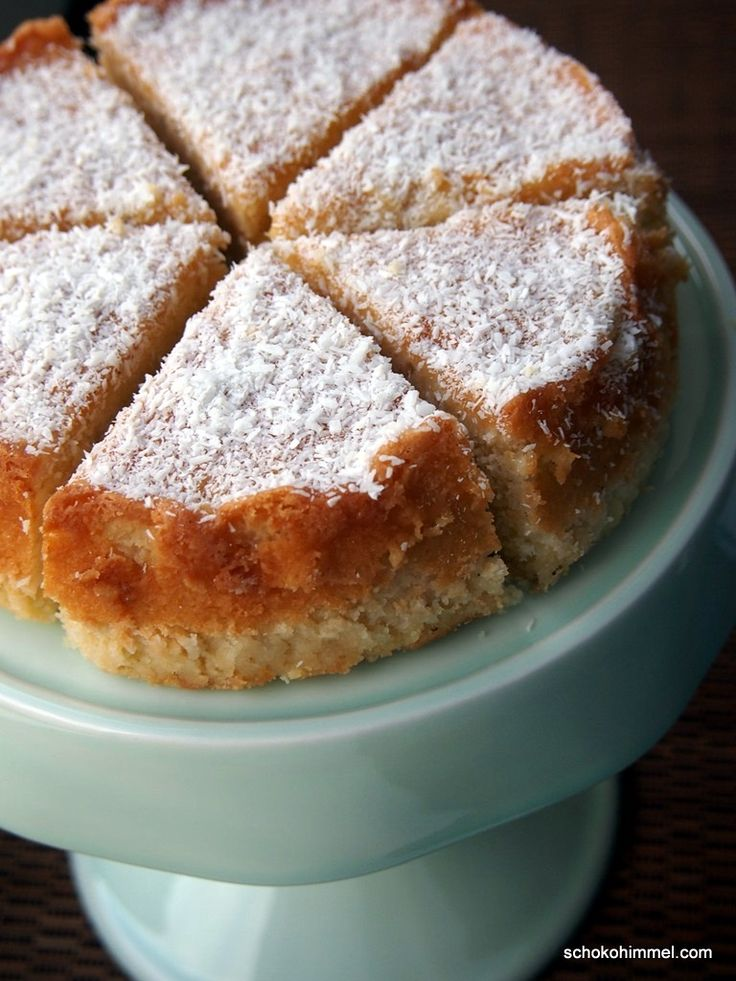 Mein heutiger Kuchen birgt gleich eine mehrfache Kokos-Dosis, nämlich Kokosraspeln und Kokosmilch im Teig, Kokosmilch als Sirup, Kokosraspeln on top...