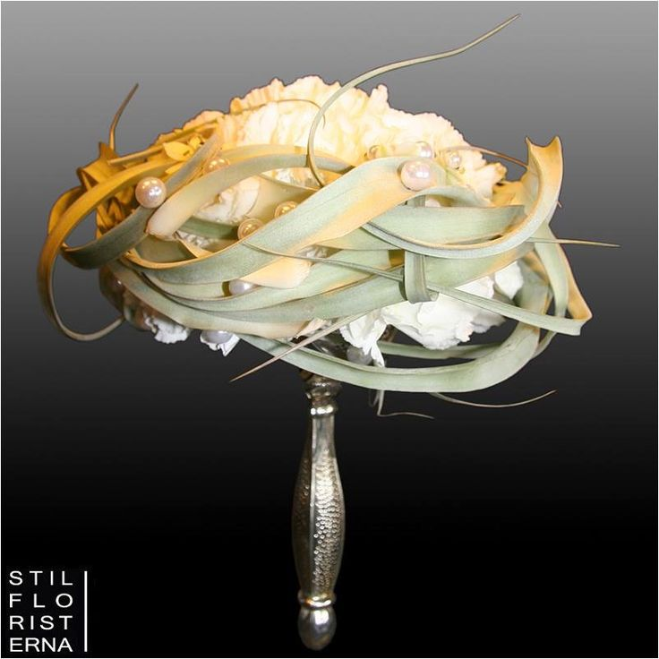 Annorlunda designad brudbukett i hållare.