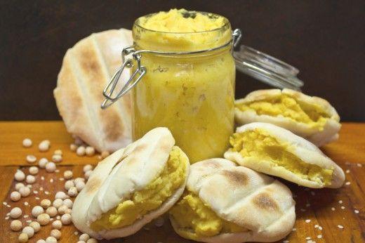 Пита с хумусом  постную лепешку с кармашком и начинку для питы – хумус. Хумус готовят из варёного нута, но не у всех есть возможность приобрести нут, поэтому заменим его обычным горохом. К пюре по вкусу добавляем кунжутную пасту, лимонный сок, оливковое масло, чеснок.