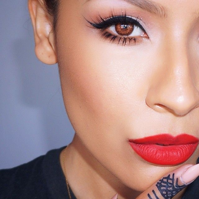 ✔️ nothing like a wing and red lip. Lips MAC Ruby Woo.