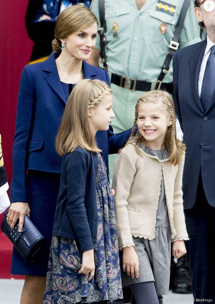 Leonor et Sofia rieuses devant le Premier ministre Mariano Rajoy lors de la cérémonie d'accueil. La reine Letizia et le roi Felipe VI d'Espagne célébraient le 12 octobre 2015 avec leurs filles, Leonor, princesse des Asturies, et l'infante Sofia, la Fête nationale à Madrid.