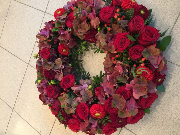 Krans i rødtoner til begravelse