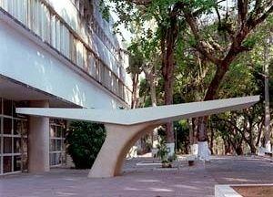 Colégio de Cataguases, marquise de acesso, 1944. Arquiteto Oscar Niemeyer <br />Foto Pedro Lobo.  [IPHAN-BH]