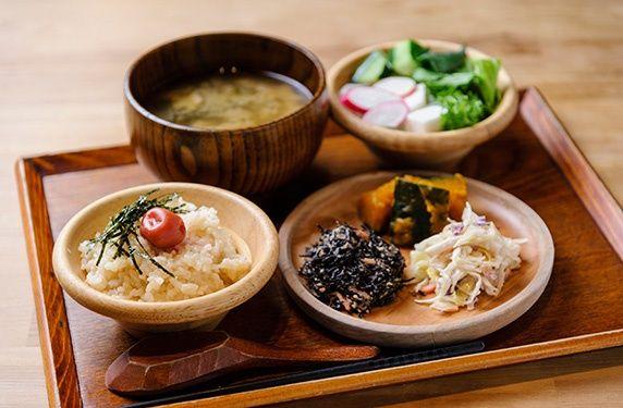 夜行バスで朝の6時や7時に京都についてしまい、朝の参拝もいいけれど、とりあえずお腹を満たしたい・・・なんてことありますよね、今回は京都で美味しい朝ご飯が食べられるお店を紹介します。