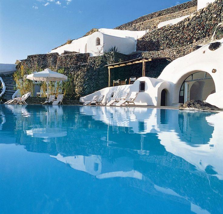 Situé à Oia, sur la charmante petite île grèque de Santorin cet hôtel s'appellePerivolas Oia Santorini.  Avec ses petites maisons traditionelles transformées en hôtel de luxe et sa piscine à débordement c'est le lieu de repos idéal pour l'été indien!