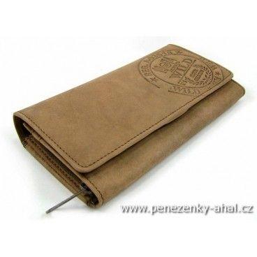 Kožená peněženka dámská s velkou klopou a výrazným logem výrobce.