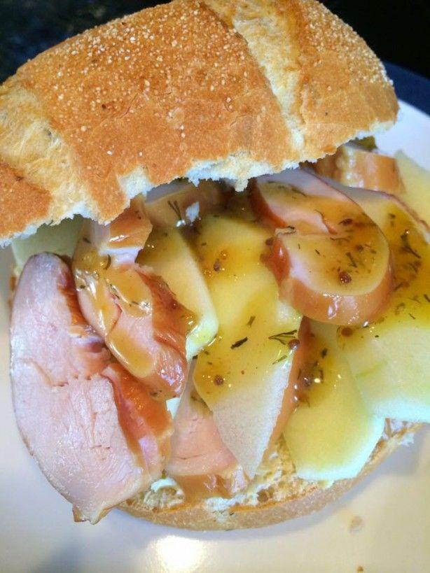 Een lekker vers broodje belegd met kip en appel, perfecte combinatie.