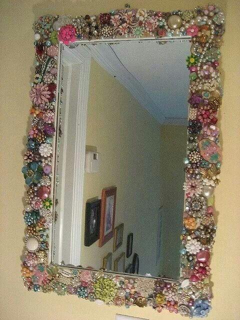 Recicla el marco de un espejo con la bisutería que ya mo ocupas o bien esta incompleta.
