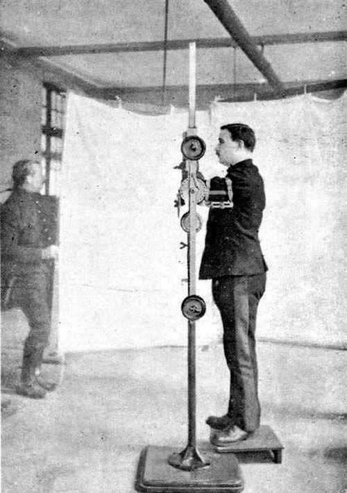 Mécanothérapie : Mouvement pendulaire ( toutes ces photos sont tirées du livre du Dr A. Deltenre, imp. de l'institut Militaire Belge de Rééducation Professionnelle, Port-Villez 1916). Hôpital anglo-belge, Rouen. [Médecins de la Grande Guerre].