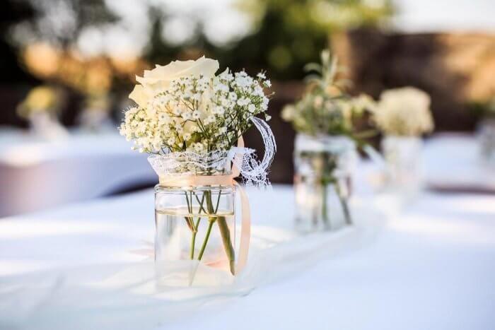 Tischdeko Einfach Schon Noch Mehr Beispiele In Der Bildergalerie Schleierkraut Hochzeit Tischdekoration Hochzeit Blumen Tischdeco Hochzeit