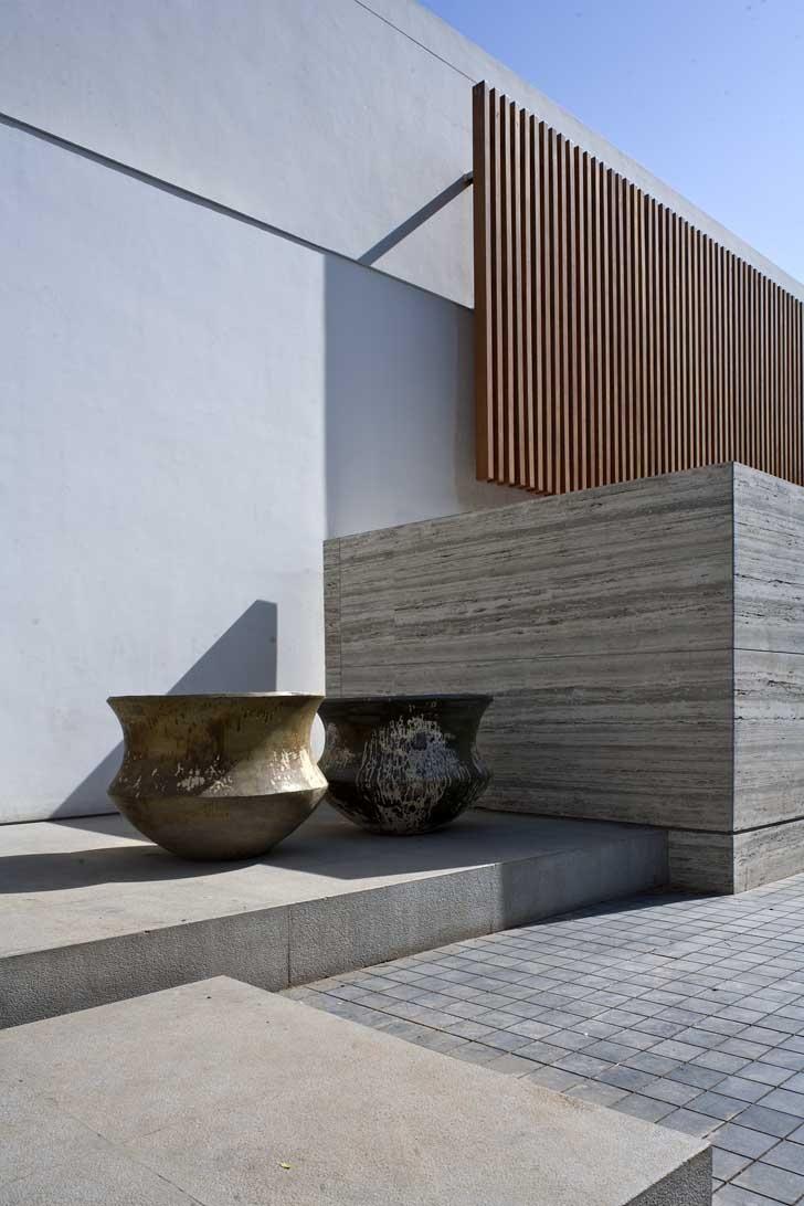 Sculptural facade. Natural stone + wood. bedmar | shi architects / amrita shergil marg residence, delhi