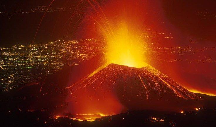 Quentinho: 11 fatos curiosos sobre vulcões > O vulcão Etna em erupção em 2011.