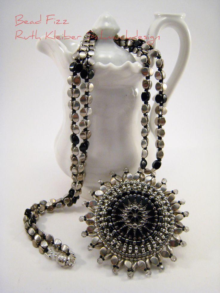 Perlengefädelte Halskette, Perlenstickerei Mandala Anhänger, Schwarz und Silber, Tschechischer Glasknopf, Runder Anhänger, Schwarzer Schmuck von BeadFizz auf Etsy