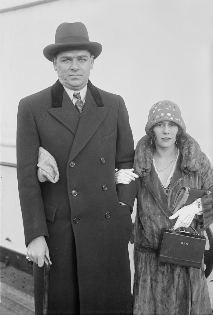 "Oscar Hammerstein II.and his 1.wife, Myra Finn aboard ship c.1925.(Note case with the initials ""MFH"" in woman's left hand.).Library of Congress George Grantham Bain Collection (""Bain Collection"")Oscar Greeley Clendenning Hammerstein II (*1895+1960)librettist, theatrical producer, (usually uncredited) theatre director of musicals for almost 40× years.Son of Alice Nimmo(Scottish+Engl.parents) & theatrical manager William Hammerstein,son of jewish Polish-born German theatre impresario Oscar…"