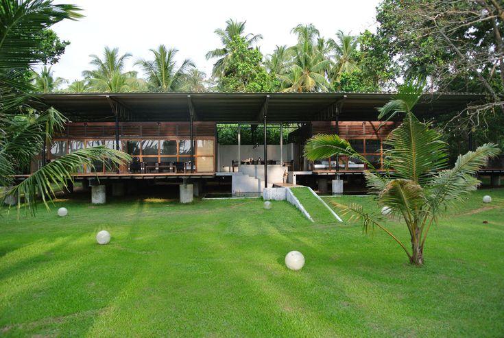 """Das Ayurveda Guesthouse & Resort """"Bogenvillya"""" ist eine liebevoll gepflegte Erholungsoase mit tropischem Garten und kilometerlangem Sandstrand."""