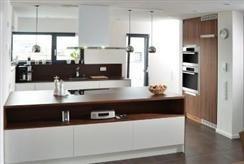 Küche mit weißen Hochglanzfronten » Häfele Functionality World ... | {Freistehender küchenblock modern 23}
