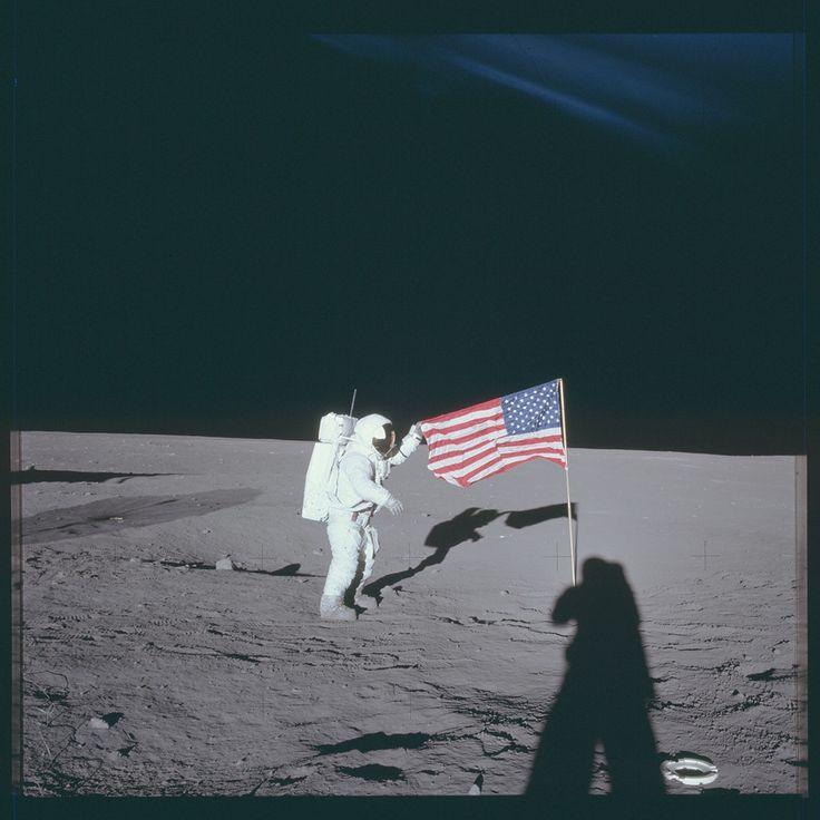 Un des astronautes de la mission Apollo 12 (1969) se saisit du drapeau américain.