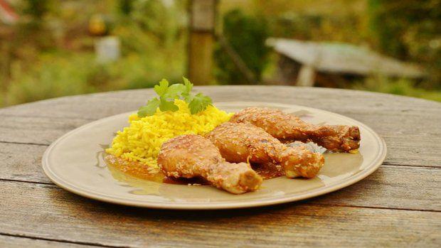 Kuřecí paličky s medem a sezamem s kari rýží. Foto: