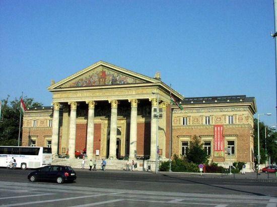 A Hősök terén található Műcsrnok épülete vetekszik a Szépművészeti Múzeuméval