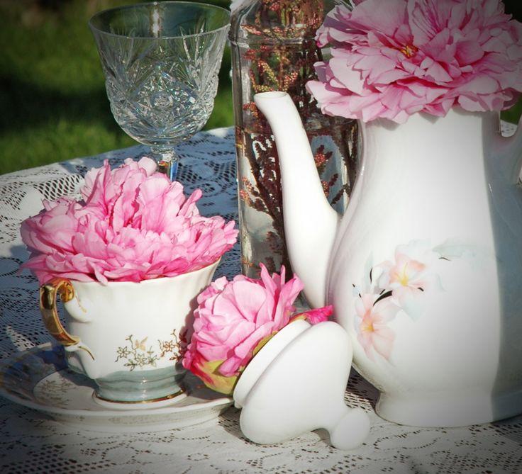 bazsarózsa fej asztaldekoráció esküvő díszes csészében