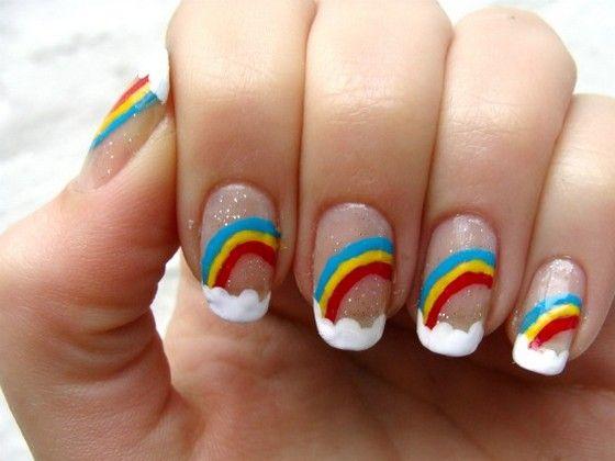 uñas con arco iris y nubes es un diseño muy hermoso