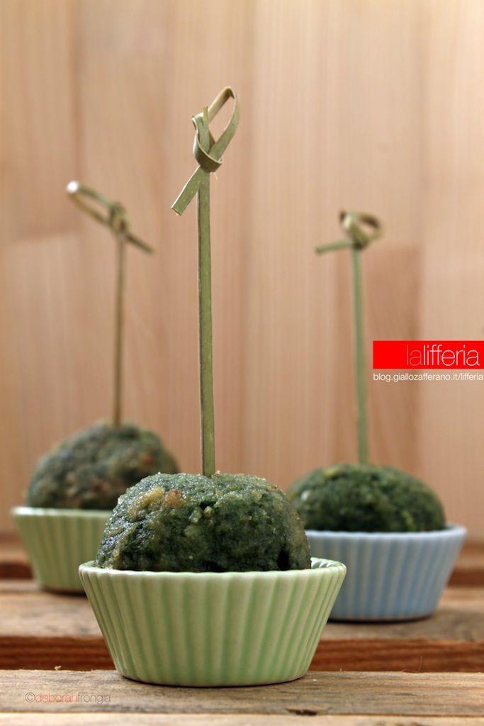 Polpette agli spinaci al forno 360 g di macinato di manzo 160 g di spinaci lessati 30 g di Parmigiano Reggiano 30 g di pangrattato un uovo uno spicchio d'aglio un pizzico di noce moscata sale, pepe