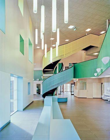 公共建築玩色彩。 與我們傳統對學校色彩的印象相比,這所學校的色彩設計相當活潑。位於瑞典孔斯巴卡城的這所學校,是由建築師事務所Kjellgren Kaminsky Architecture 設計。校區幅員廣闊,但建築面積刻意維持小規模,其餘部份則是計畫成為學生們的戶外運動場,並和周遭社區結合共用空間。這個以「被動式設計」為主軸的建築,為了能供應自身所需的能源,也做了很多綠色智能措施,是目前瑞典最大的「Passive Design」建物。