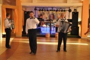 Jak wybrać zespół muzyczny na wesele - http://www.mlodziipiekna.pl/oferta/wesele/muzyka/zespol/