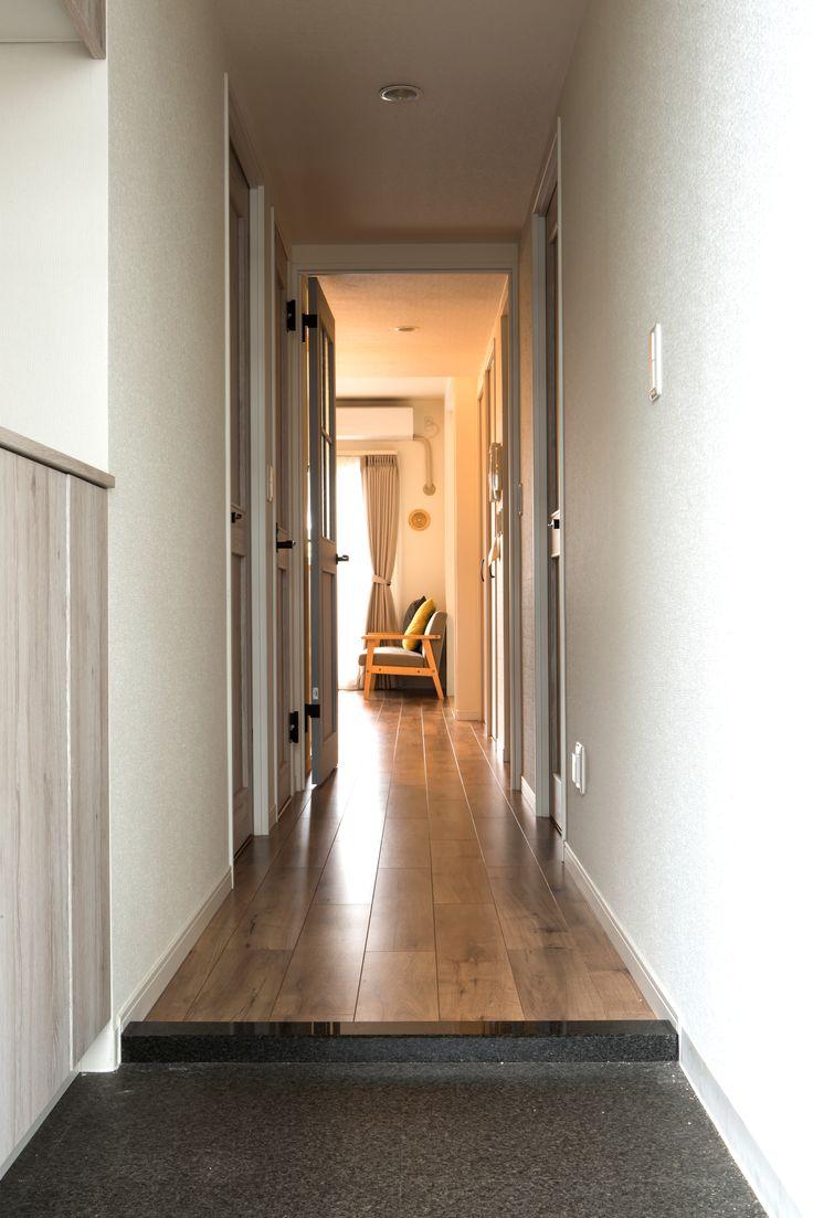 玄関ドアを開けて瞬間さわやかなイメージの空間を感じられるエントランス。  #マンションリノベーション #マンションリフォーム #マンションリノベ #リノベーション #リフォーム #玄関 #エントランス #土間 #框 #廊下 #シックなインテリア #ラビングホーム #家づくりの参考 #所沢で家を買う #建築 #不動産 #中古マンション #施工事例