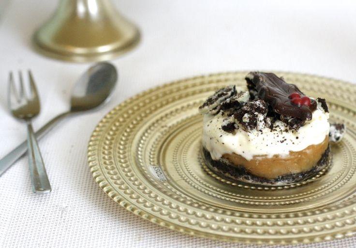 Sinner Sunday: Oreo ijstaartjes met een een bodem van Oreo-koekjes, een fudge-laag, een vanille-ijslaag en een topping van witte oreo-koekje! SO GOOD!