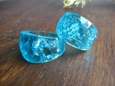 Anillo Azul Cristal de Resina con Copos Plateados