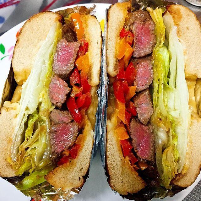 #ベーグル で#ステーキ #サンドイッチ ♡ 皆様のうまそー過ぎるベーグル見てたらベーグル欲求高まり過ぎて、見つけた瞬間買ってしまった( ̄▽ ̄)♡ メープルクルミベーグルは今日の昼に食べて、この#チーズベーグル は夜食べようかと思ったけど炭水化物だからやめて、明日の#昼飯 にすべく#がっつり #ステーキサンド にしました😚💕中身は#レタス #パプリカ 炒めたヤツ #からしマヨ #肉  ポチの弁当も作ってないし米も炊いてないし、絶対足りないだろうけど半分ポチにあげるw #お弁当 #おうちごはん #サンドウィッチ #わんぱくサンド #おひるごはん #おべんとう #おうちごパン #パン  ステーキのタレは、ブランデーでフランベしたあとのフライパンに、バター、バルサミコ、ローストビーフのタレ(昨日作ったやつ)ちょろっと、コブドレ、レモン汁🍋で激ウマ😍❣️ 明日が楽しみ〜😚🎶🎶