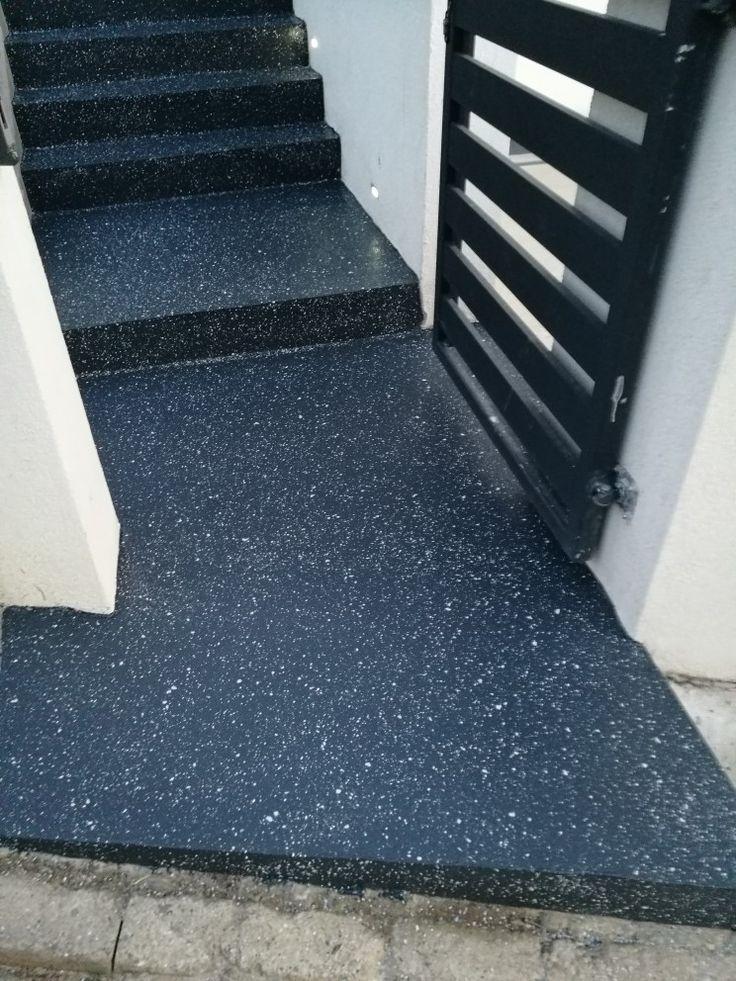 Exkluzívna povrchová úprava schodov. Polyuretán RAL 7016 + vsyp dekoratívnych chipsov.  Povrchová úprava je vhodná aj pre nehydroizolované podklady.  #art4you #artpodlahy #liatepodlahy #dekoratívnepodlahy