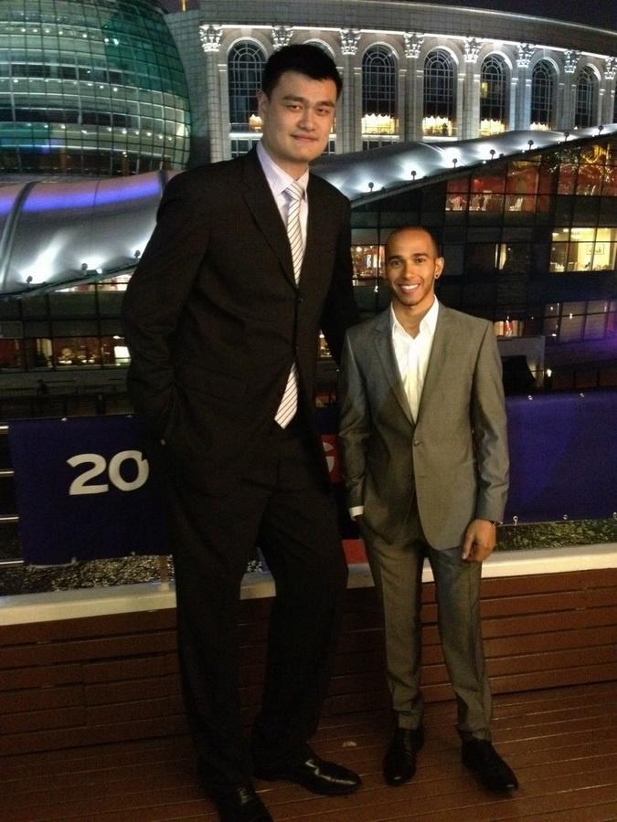 Льюис Хэмилтон вместе с Яо Мином (Yao Ming). Яо китайский баскетболист, завершивший профессиональную карьеру, играл за команду «Хьюстон Рокетс» (НБА) на позиции центрового. На момент выступлений в НБА являлся самым высоким игроком в чемпионате, его рост составлял 2,29 метра.