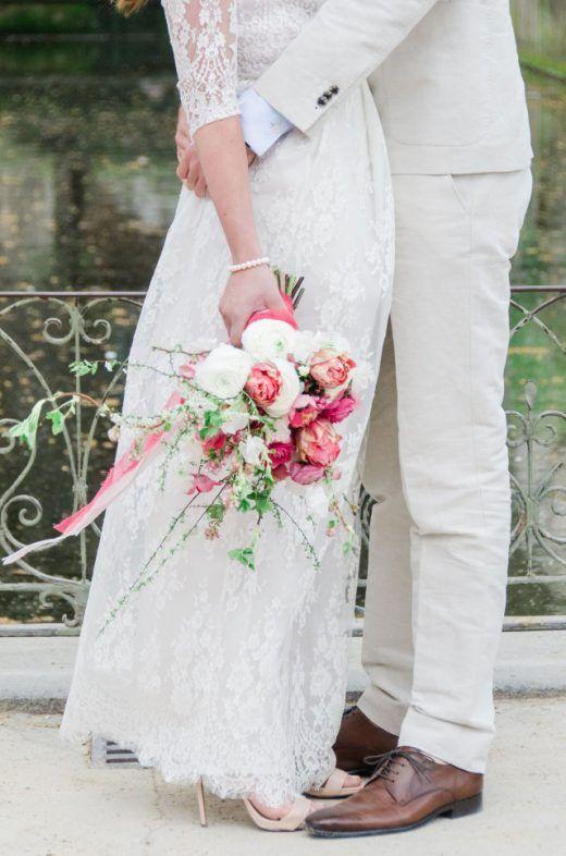 Knuffelend bruidspaar met prachtig bruidsboeket