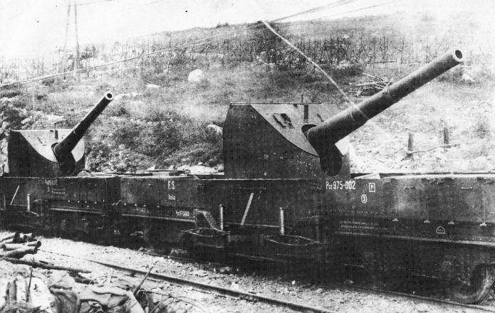 Cannoni da 152/40 su carri di tipo Poz in forza alla 101ª Batteria d'assedio del Regio Esercito. Monfalcone, 1917.