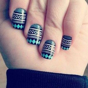 Figuras de uñas decoradas con pegatinas