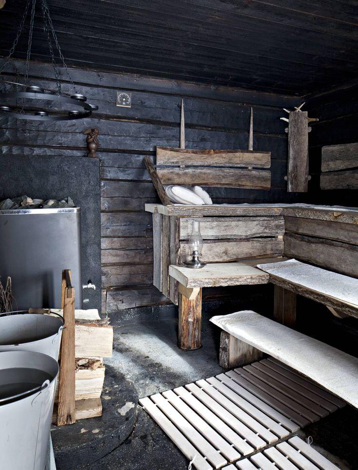 Pihapiirin ulkopuolelle jäänyt saunarakennus aiottiin purkaa pois, mutta päätettiinkin kunnostaa. Kaksi alinta hirsikerrosta piti uusia. Lahonnut sisäpanelointi purettiin. Muhkeat lauteet veisti Mikko. Tuikkukruunu antaa saunaan tunnelmallisen valon.